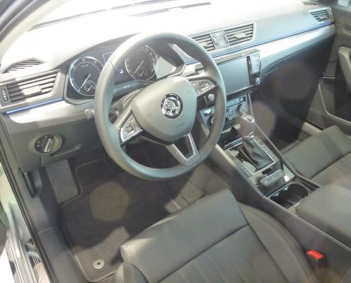 Cockpit des neuen Skoda Superb 2015