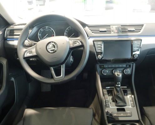 Das Cockpit des neuen Skoda Superb 2015