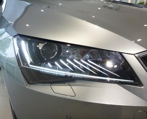 Scheinwerfer des neuen Skoda Superb 2015