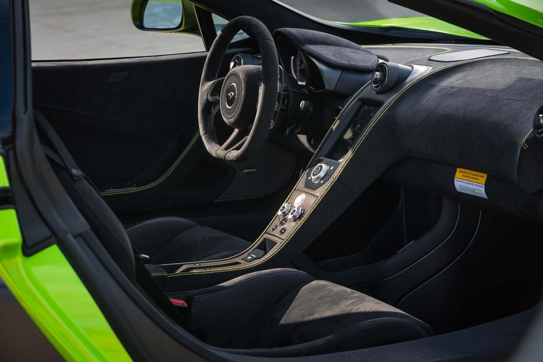 McLaren_675_LT_cockpit_lenkrad