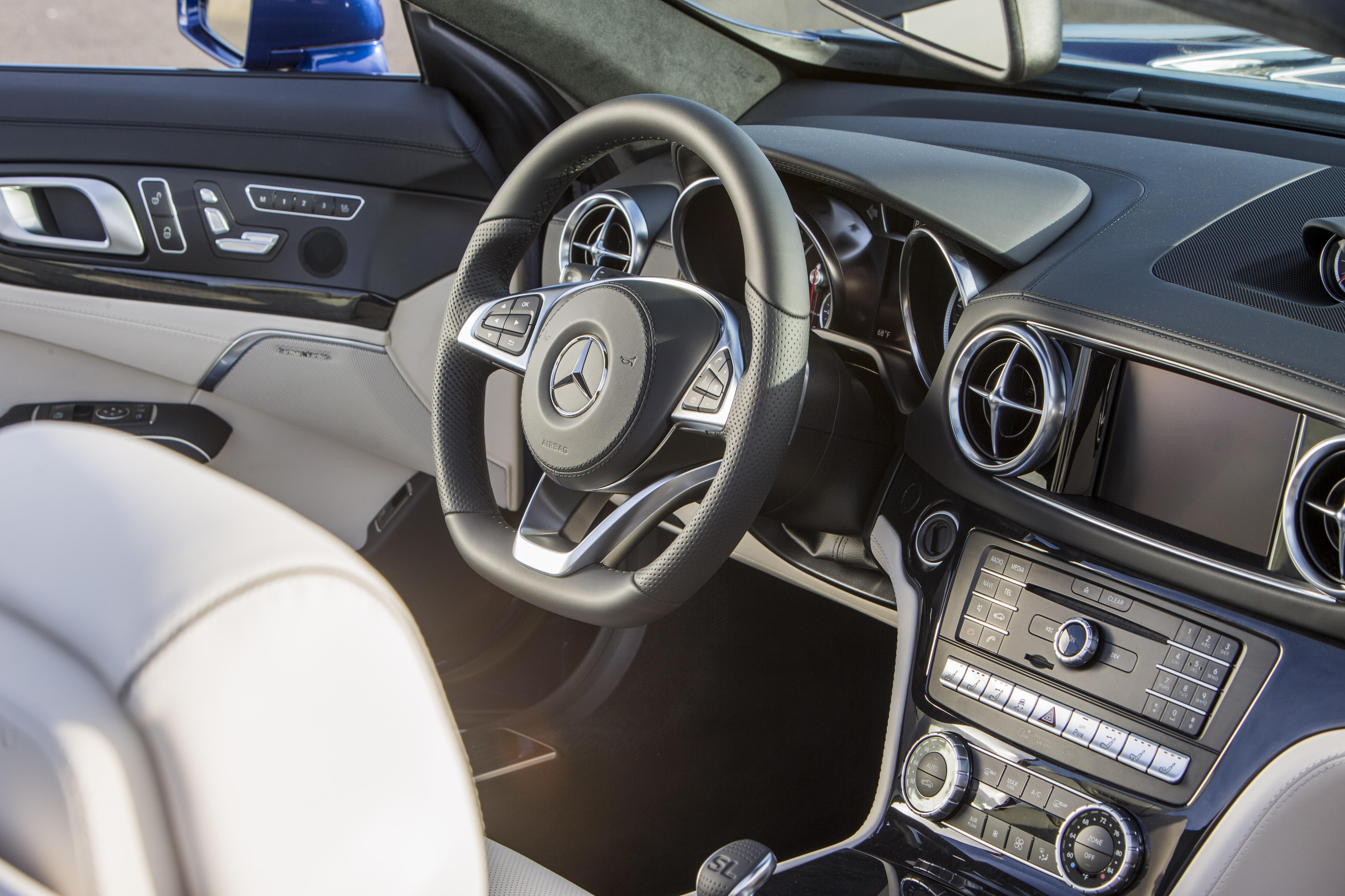Mercedes SL Innenraum Lenkrad Leder Radio Schalthebel