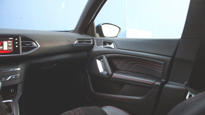 Peugeot-308-SW-GT-interior-impression-beifahrer - Motorblock