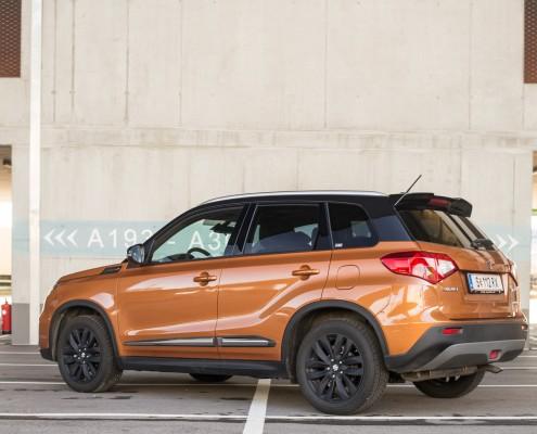 An Fahrmodi bietet der Vitara Auto, Snow (mit Differenzialsperre) und Sport. Letztere lässt den Wagen eine spürbar härtere, vor allem den Hinterbänklern aber auch unkomfortablere Grundstimmung einnehmen.