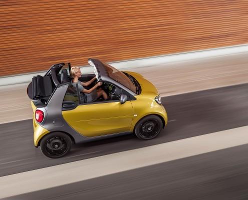 smart-fortwo-cabrio-gelb-blondine-offenfahren