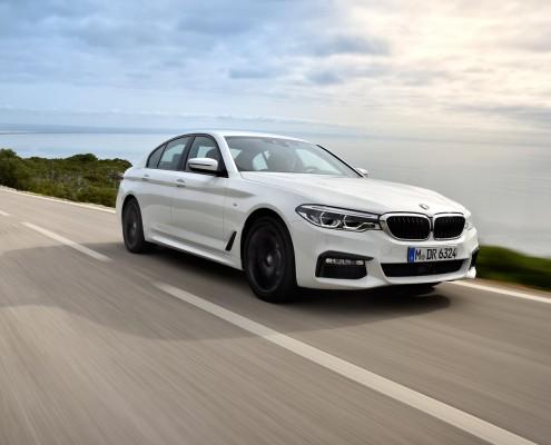 BMW_540i_2017_Front_atmo_fahrend