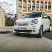 smart forfour electric drive Toulouse 2017; Farbe Bodypanels: white Farbe Tridionzelle: electric green  smart forfour electric drive Toulouse 2017; Color body panels: white Color tridion safety cell: electric green  Stromverbrauch kombiniert: Wh/km 131 CO2-Emissionen g/km 0  Combined  power consumption Wh/km 131 CO2 emissions g/km 0