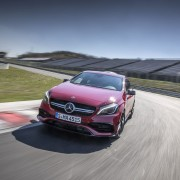 Mercedes-AMG A45 4MATIC, Jupiter Rot, Leder schwarz RED CUT, Jupiter Red, Leather Black, RED CUT, Mercedes-AMG A45 4MATIC, zirrusweiß, Leder schwarz RED CUT, Cirrus White, Leather Black, RED CUT, Kraftstoffverbrauch kombiniert: 6,9 l/100 km; CO2-Emissionen kombiniert: 162 g/km, Fuel consumption combined: 6.9 l/100 km; CO2 emissions combined: 162 g/km