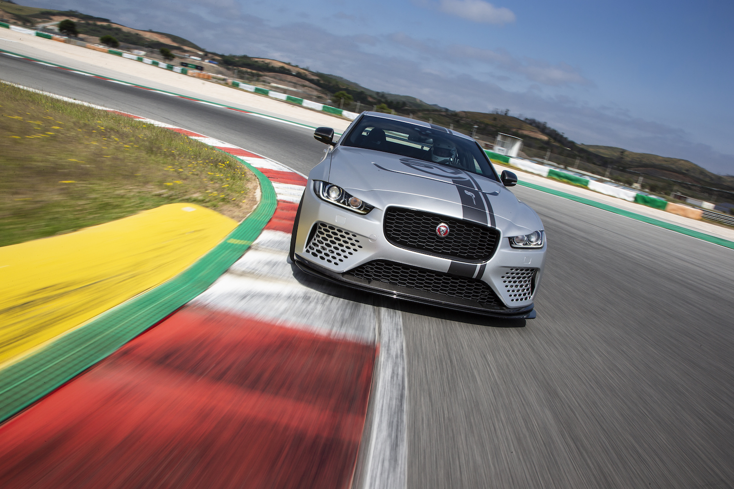 jaguar xe sv project 8 extremer engl nder. Black Bedroom Furniture Sets. Home Design Ideas